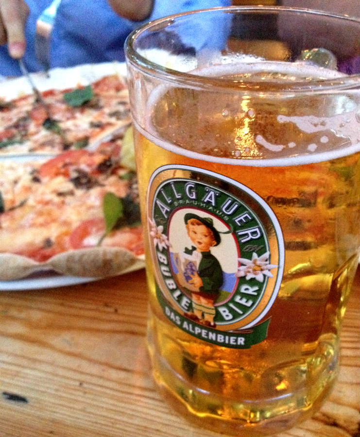 Pizza-beer-biergarten-berlin-Cafe-am-Neuen-See-TravelGrip
