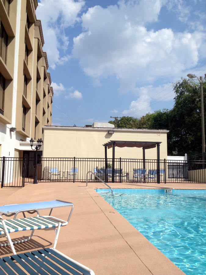 Best-Western-pool-Music-Row-Nashville-TravelGrip