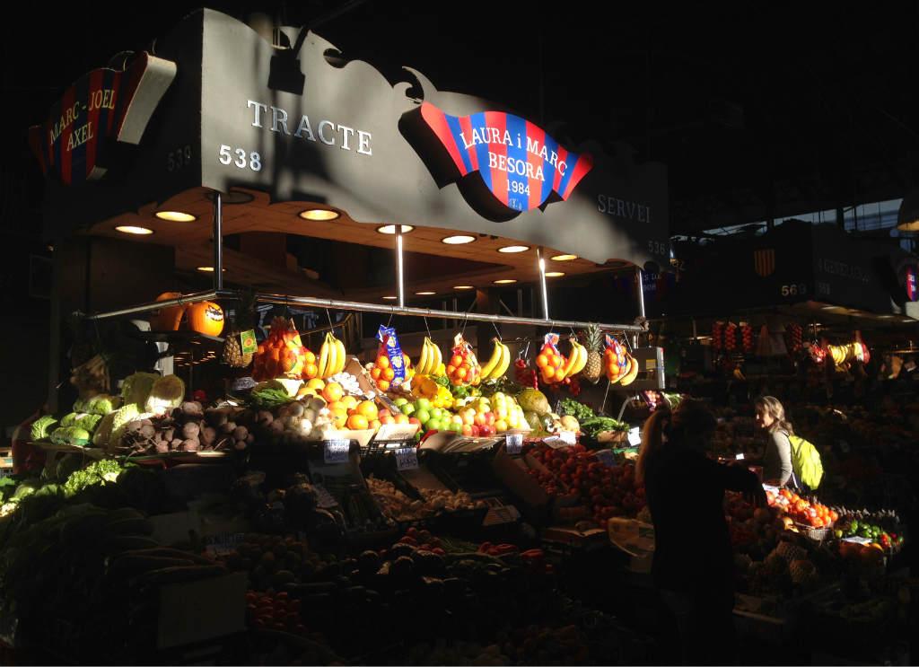 Fruktstånd-matmarknad-Boqueria-Barcelona-TravelGrip