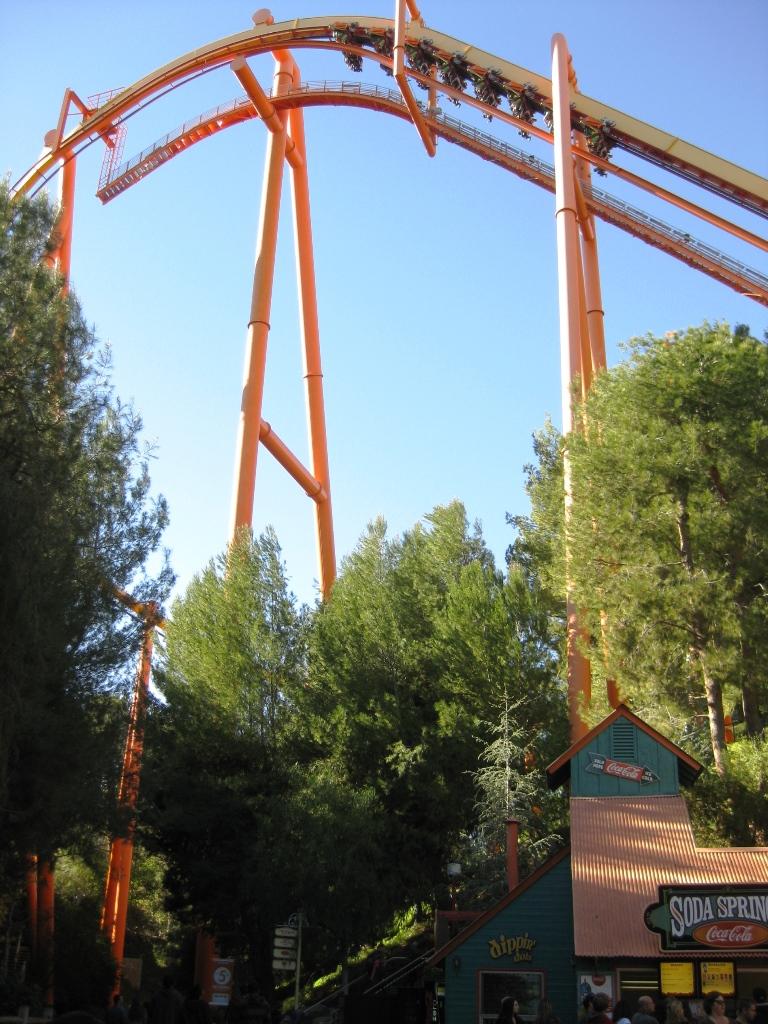 Bergochdalabana-på-Sixflags-Kalifornien-TravelGrip
