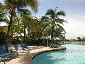 Poolhäng-på-Crowne-Plaza-Fort-Lauderdale-FLorida-TravelGrip