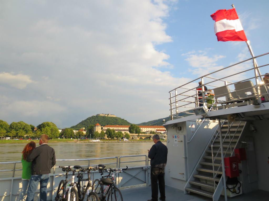 Katamaran-mellan-Bratislava-och-Wien-TravelGrip