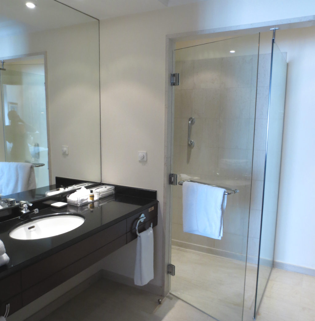 hyatt-regency-thessaloniki-hotel-bathroom-travelgrip