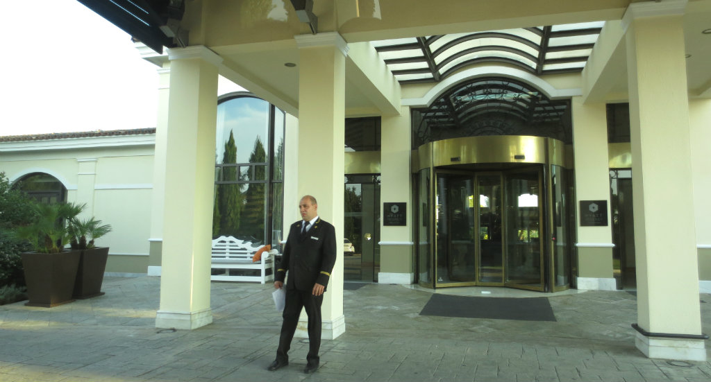 hyatt-regency-thessaloniki-hotelentrance-travelgrip