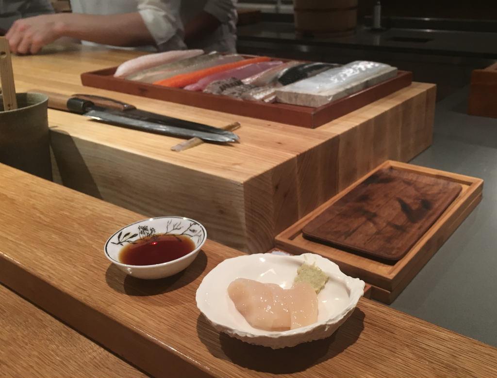 Imouto-sashimi-av-pilgrimsmussla-Esperanto-Omakase-sushi-TravelGrip- (6)