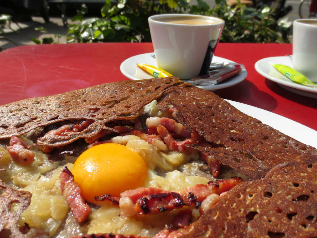 Galette-med-bacon-och-ägg-i-Paris-TravelGrip