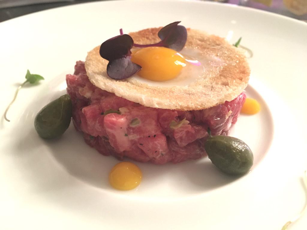 Steak-Tartare-pa-Michelinbelonad-Caelis-Barcelona-TravelGrip