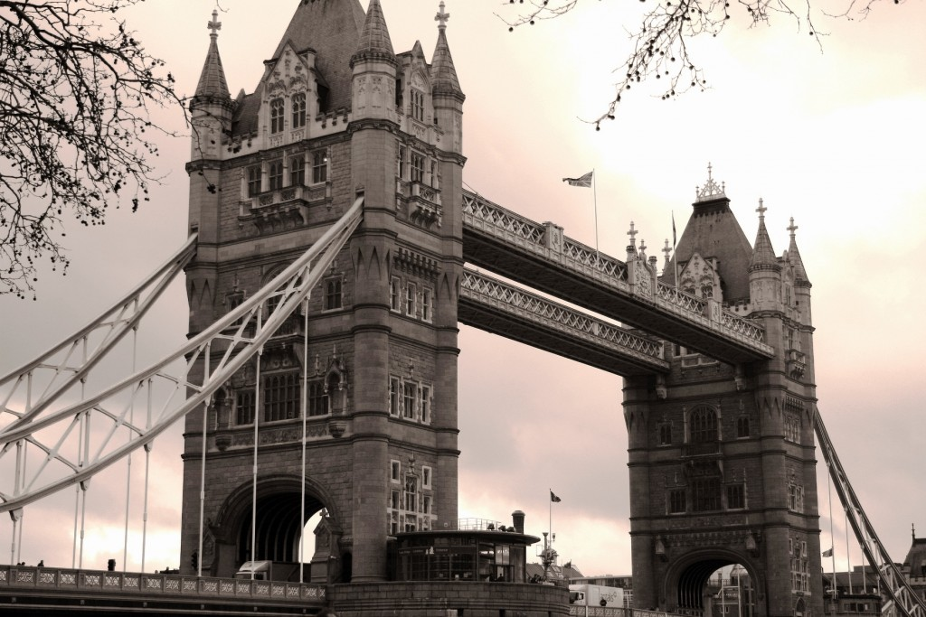 Tower Bridge i London i England