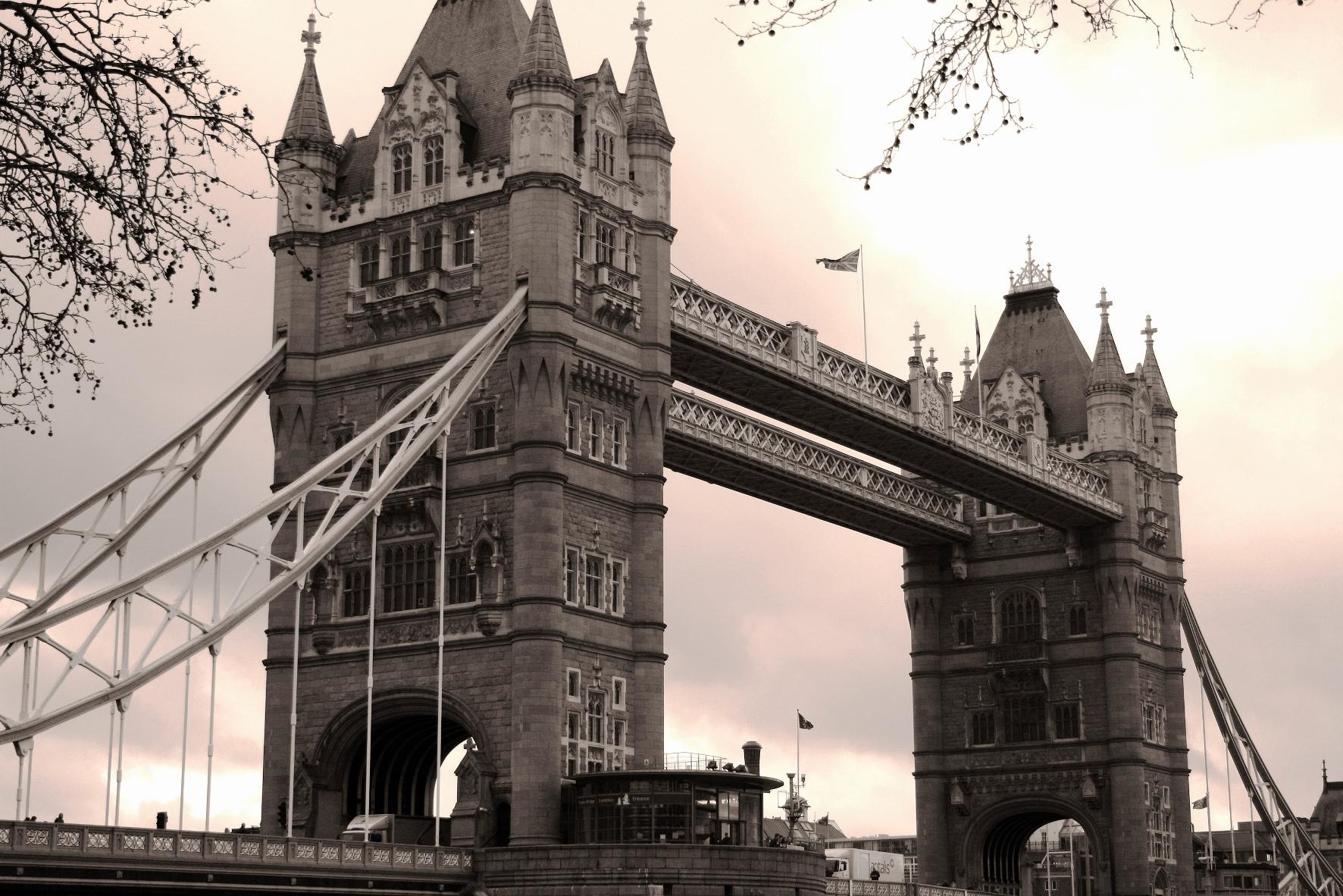 Tower Bridge i London i England