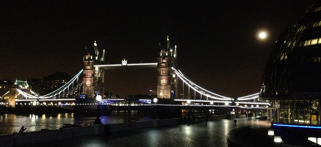 Tower-Bridge-London-by-night-travelgrip