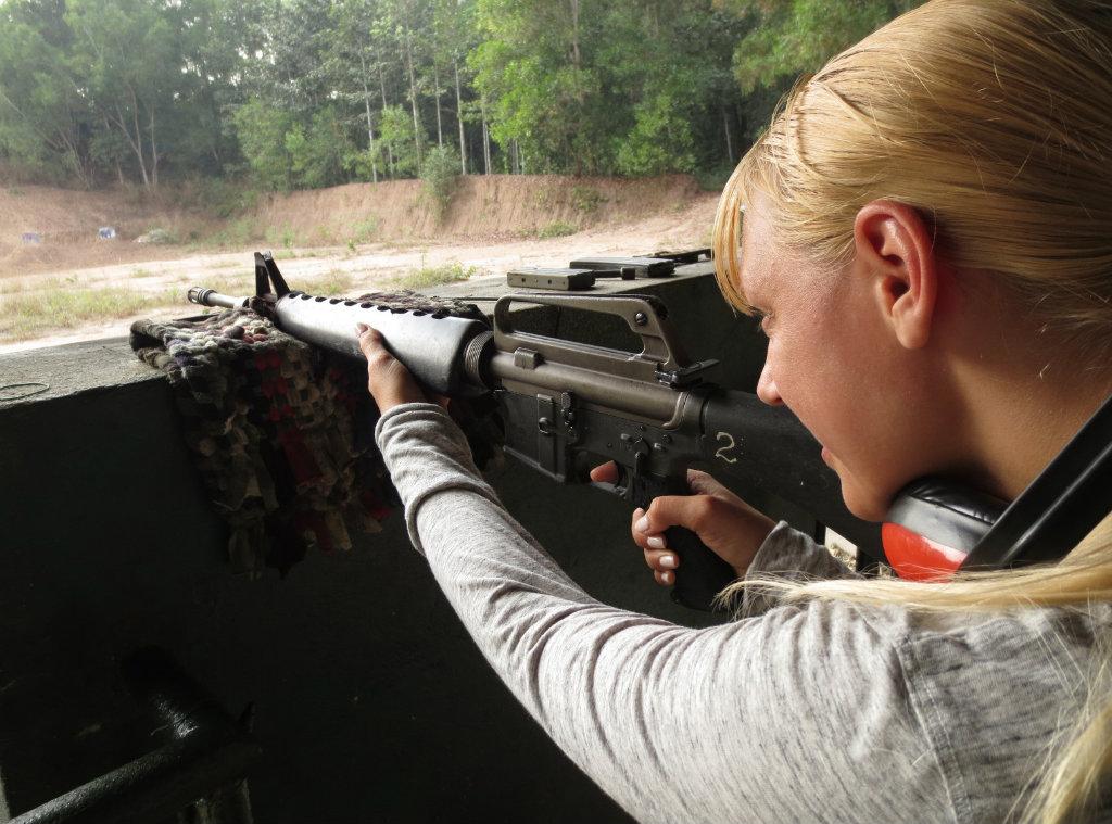 TravelGrip skjuter med gevär på Cu Chi skjutbana
