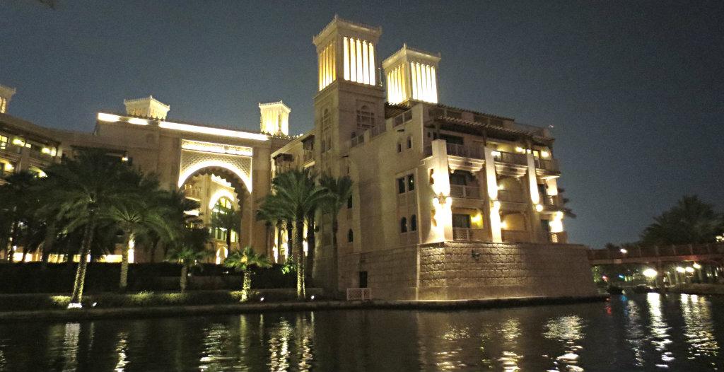 Madinat Jumeirah kvällsupplyst