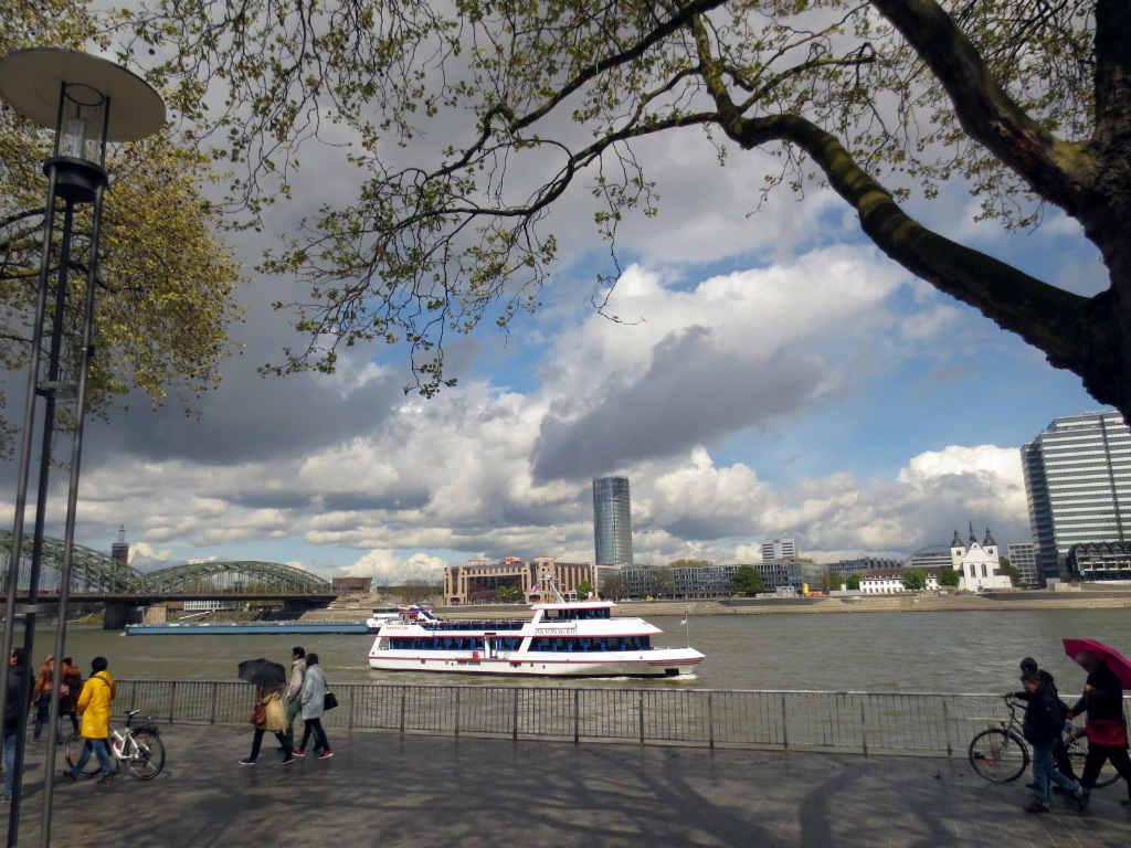 floden-Rhen-genom-Köln-TravelGrip