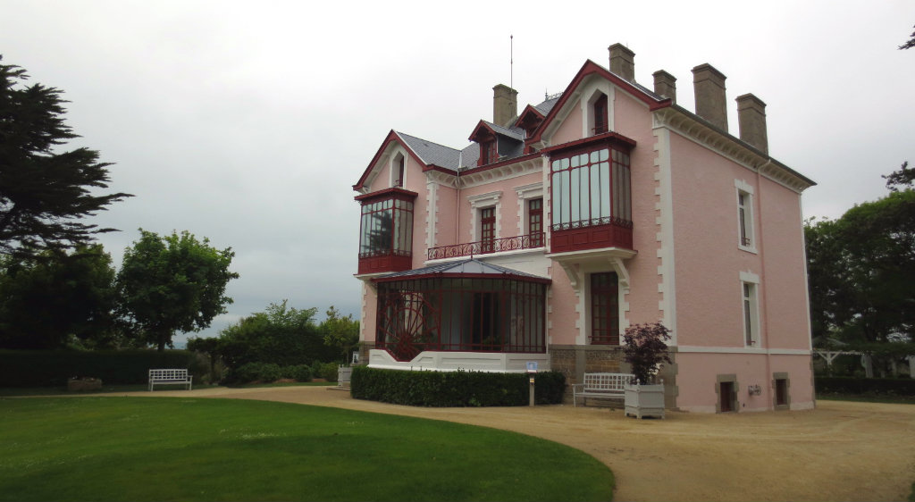 Dior-house-Granville-Normandie-Frankrike-TravelGrip