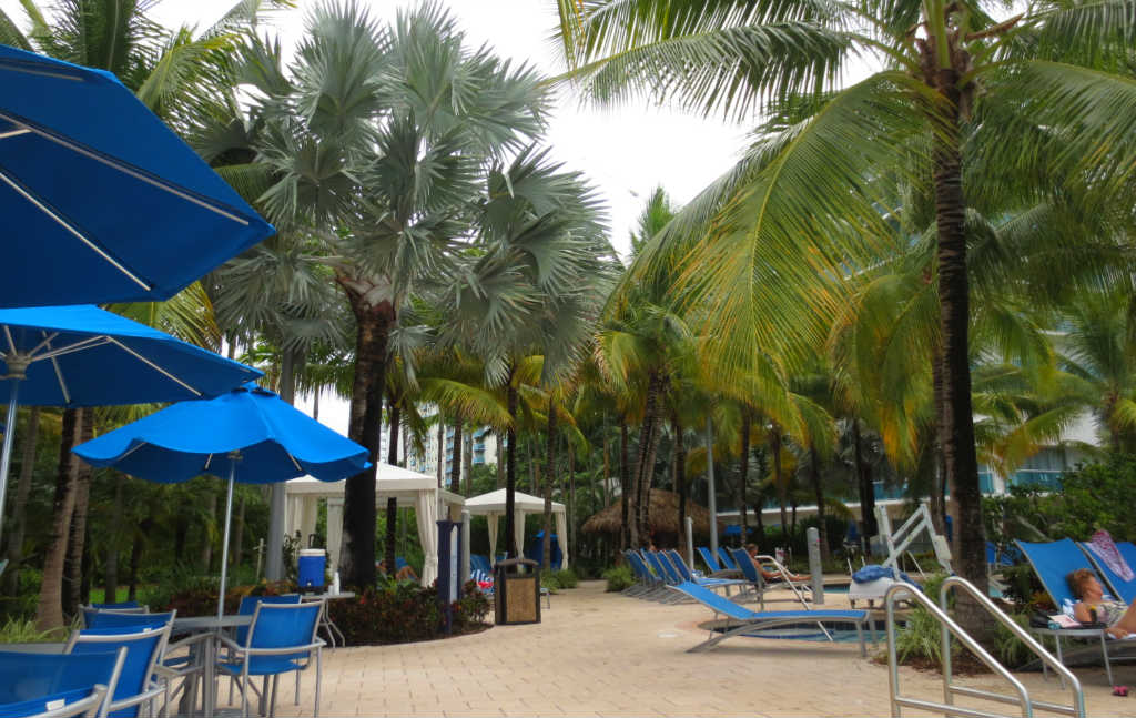 Poolområde-Crowne-Plaza-Fort-Lauderdale-FLorida-TravelGrip