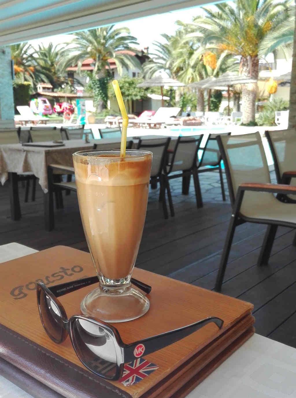 iskaffe-pa-cafe-i-vourvourou-sithonia-grekland-travelgrip