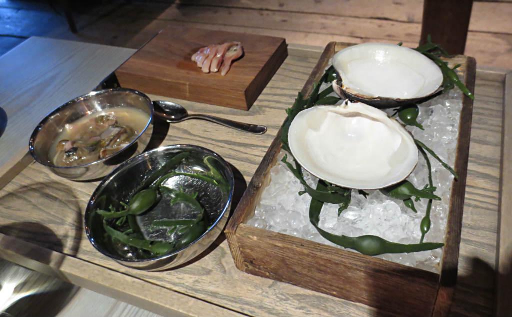 Mussla från Norge (som kan åldras till 60 år!) som tillagades precis inför serveringen, uppskuren på plats