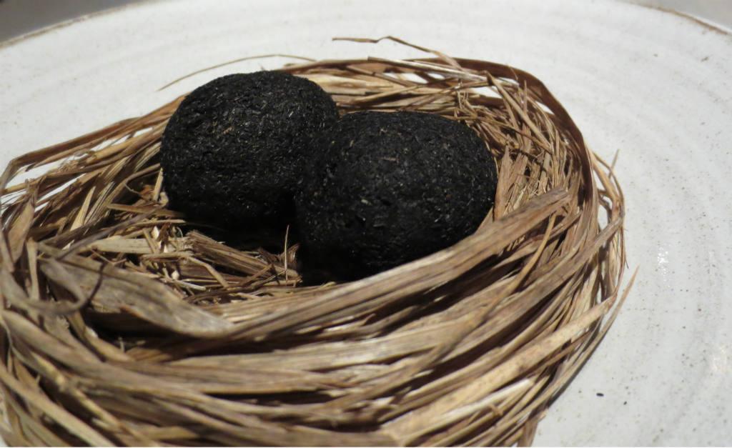 Ägg konserverat i aska baserat på fårdynga som skrapas av innan förtäring