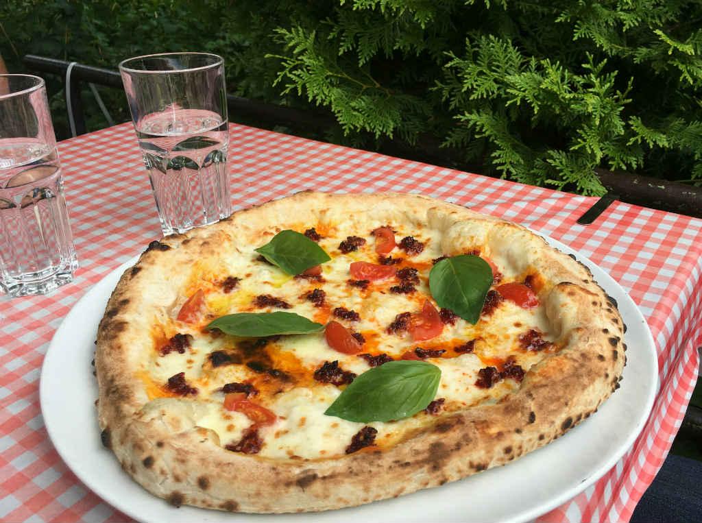 Vedugnsbakad-pizza-på-450-gradi-Lidingö-TravelGrip-2