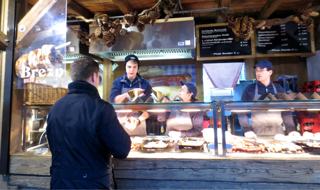matservering på Julmarknad i München