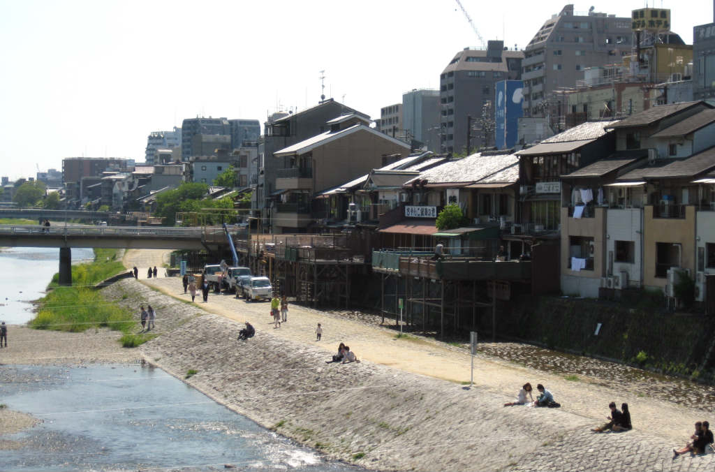 Vid flodbädden i centrala Kyoto