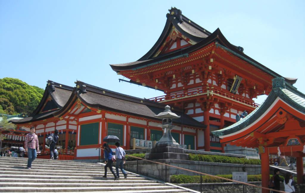 Vackert rött tempel i Kyoto